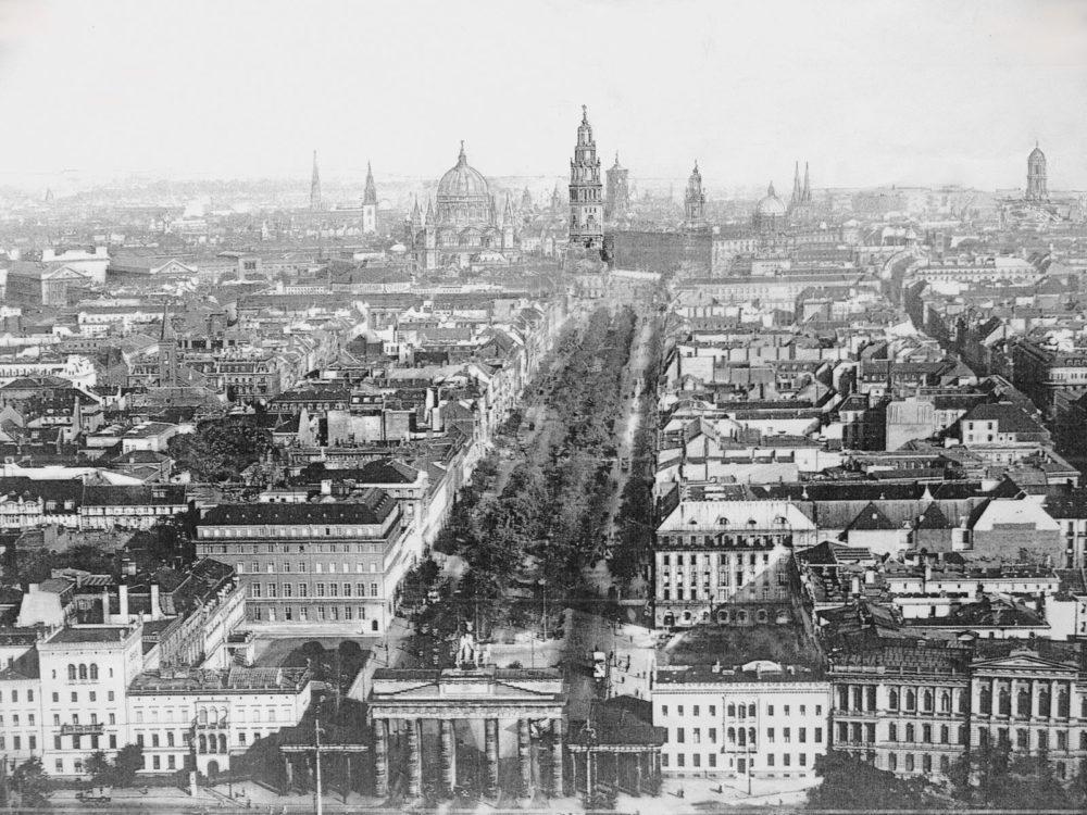 Berlin Kaiserforum mit Dom aus einer Flugperspektive von Westen. Neben den Erwähnten Veränderungen am Schloss wie dem 137 Meter hohen Kaiserturm und dem Domneubau Kolschers.