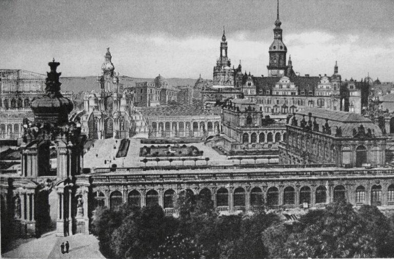 Dresden: Blick über den Zwinger vom Kronentor auf das Kaskadentor und der nördlichen Arkadengalerie; im Hintergrund das erste Hoftheater von Semper und das Museum auf der Stallwiese am Neustädter Elbufer.