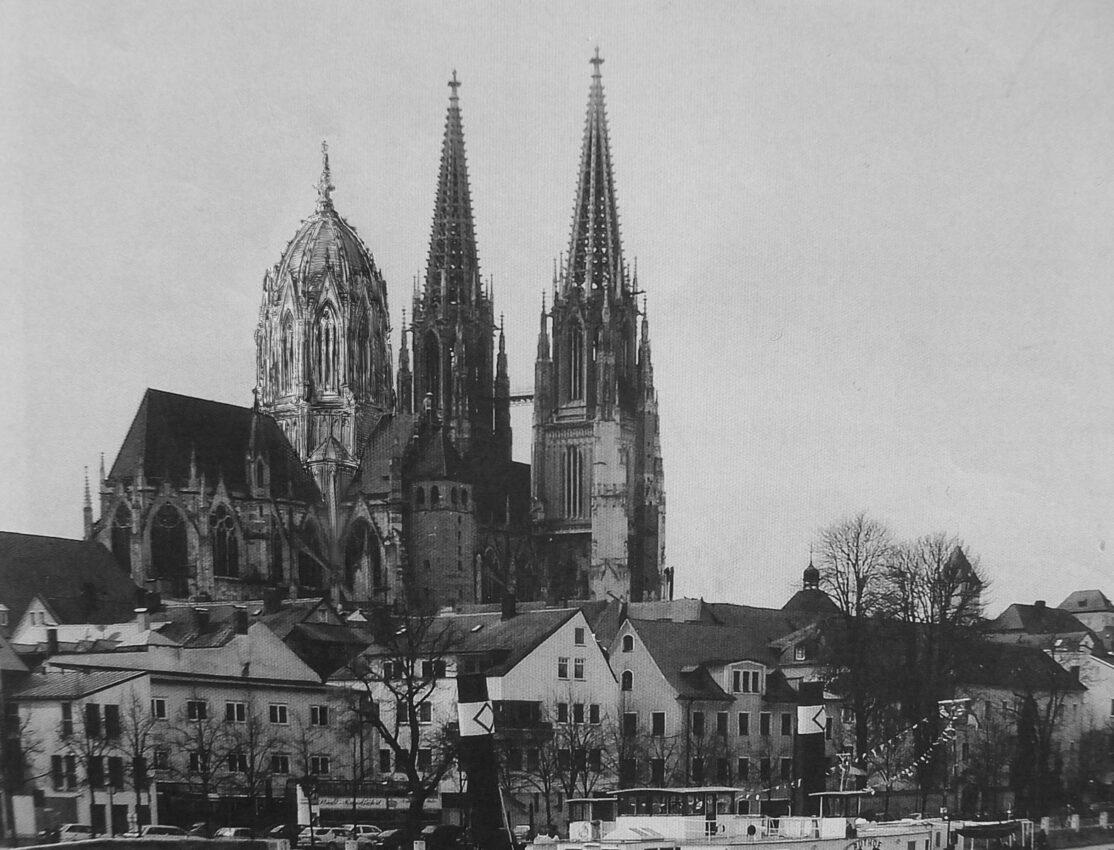 Regensburg. Dom St. Peter mit dem Vierungsturm als perspektivische Ansicht von der Donau. Blick von Nordost.