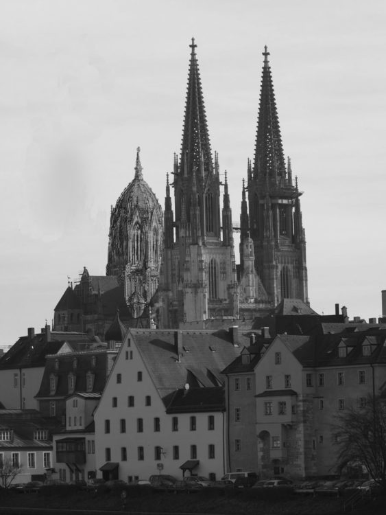 Regensburg. Dom St. Peter mit dem Vierungsturm als perspektivische Ansicht von der Donau. Blick von Südwest.