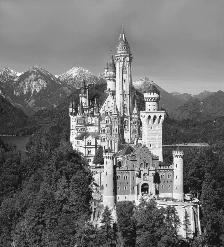 Schloss Neuschwanstein von Südosten mit hohem Turm