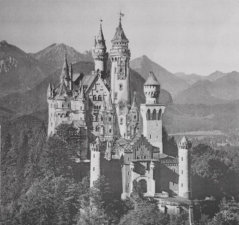 Schloss Neuschwanstein von Südosten mit mittelhohem Turm