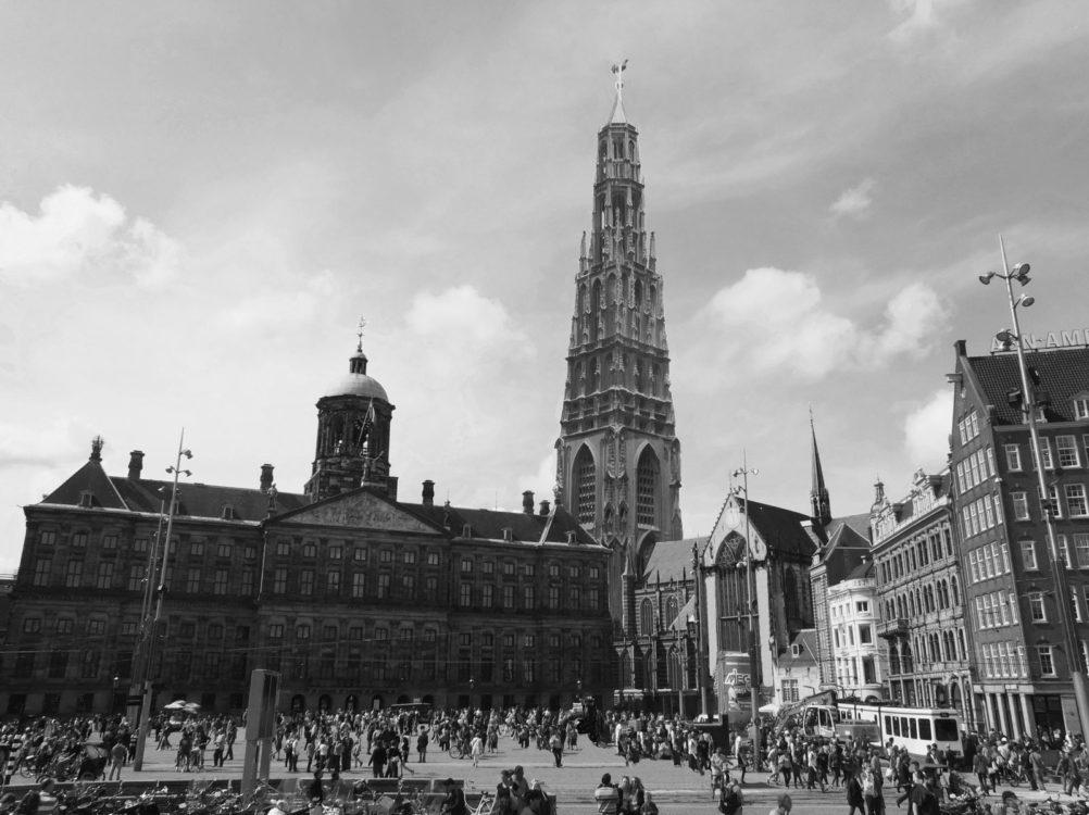 Der Turm der Neuen Kirche in der Version des vorhandenen Holzmodells. Einkopiert in die Sichtweite des Rathausplatzes. > Matthias Walther > Architekturcollage