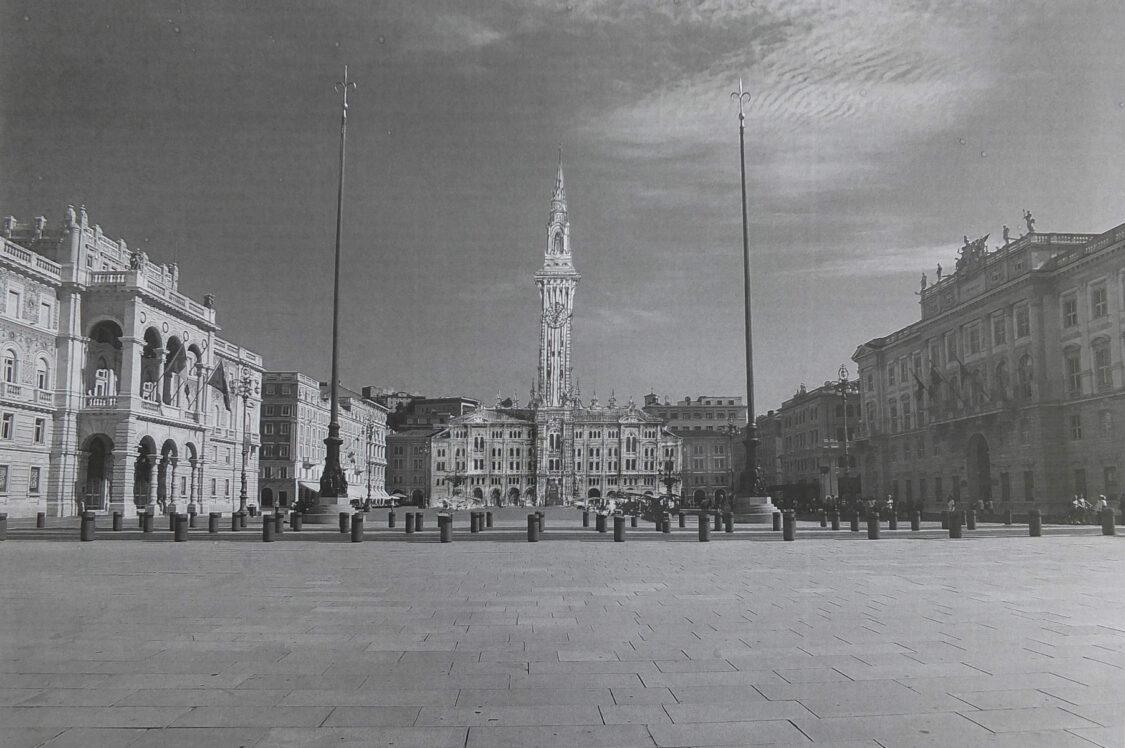 Triest. Rathaus mit dem Turm am Rathausplatz, der wichtigsten Piazza der Stadt.
