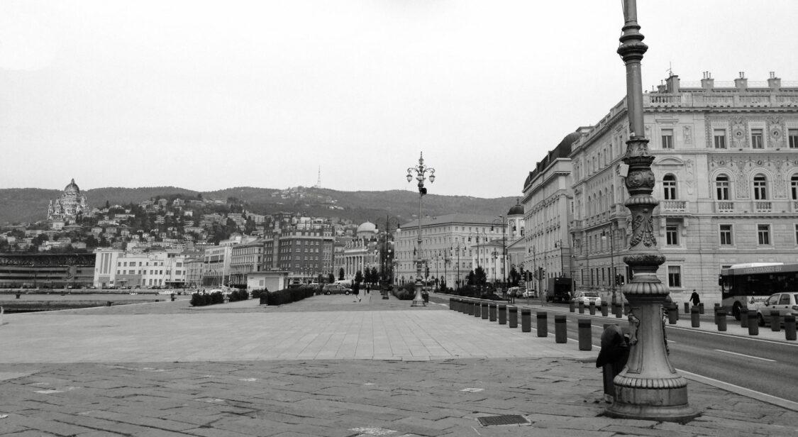 Triest. Die Nekropole auf einer Anhöhe gesehen aus von der Piazza Communale.