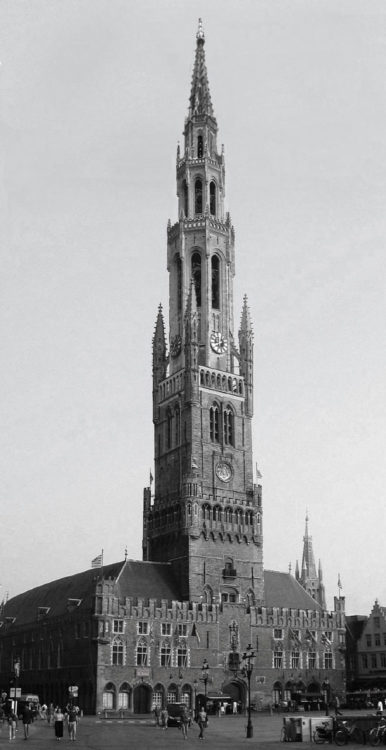 Brügge. Ausbau des Belfrieds in Brügge mit neuen 123 Meter hohen steinernen Achteckgeschossen und durchbrochenem Helm.