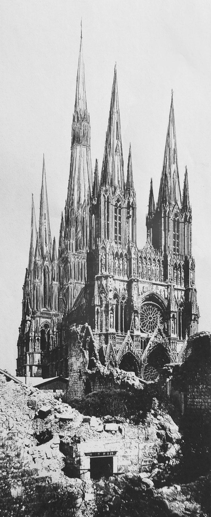 Kathedrale von Reims mit vollständig ausgeführten Türmen, wie sie noch im 16. Jahrhundert geplant waren. Ansicht von Westen.